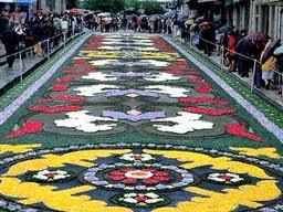 Alfombras de flores para adornar las calles el d a del - Alfombras toledo ...